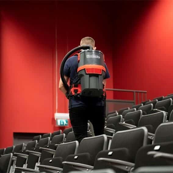 Numatic RSB150 rugtas stofzuiger in gebruik bioscoop en kerk